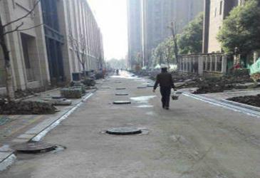 合肥现奇葩井盖路 百余米长道路上有60多个井盖